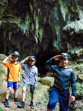 西表島トレッキングで行く鍾乳洞探検